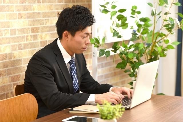 ビジネス・パソコンを打つ男性.jpg